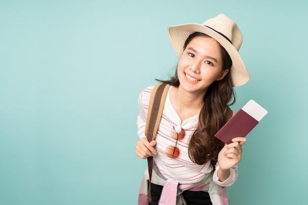 パスポートを押しながら笑顔の若いアジア女性