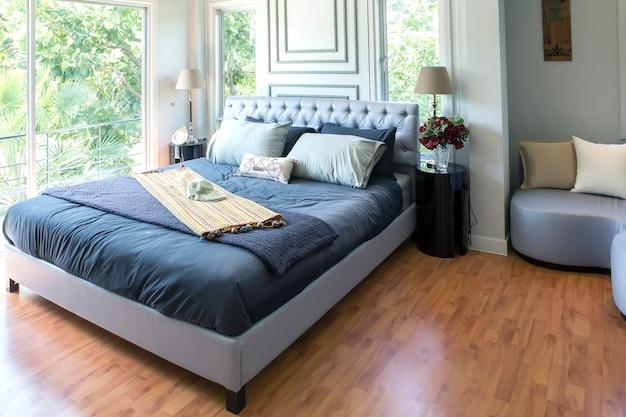 新しい高級住宅の家具付きマスターベッドルーム。