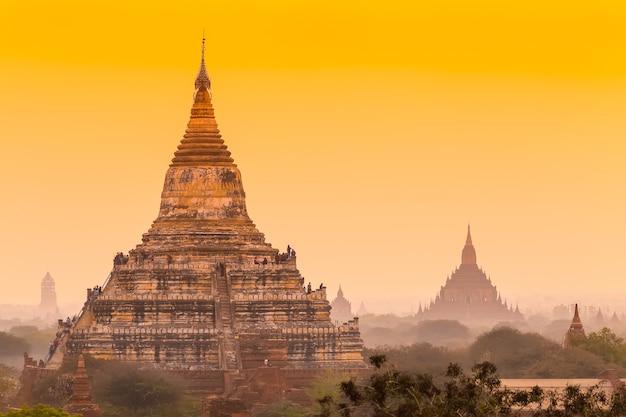 Восход солнца над древним баганом, мьянма