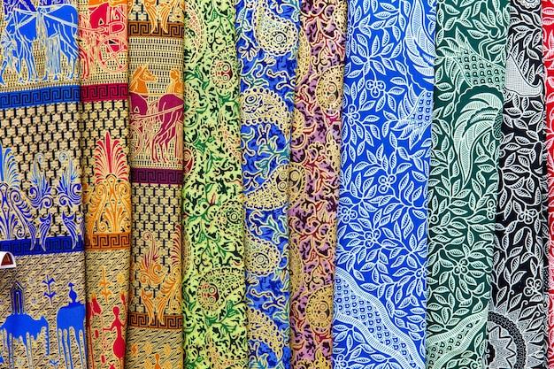 Красочная балийская ткань для продажи, абстрактный фон текстуры ткани.