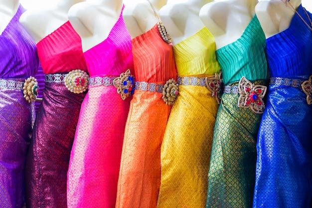 ワットアルン寺院、バンコク、タイの近くにカラフルなタイの伝統的な女性の服。