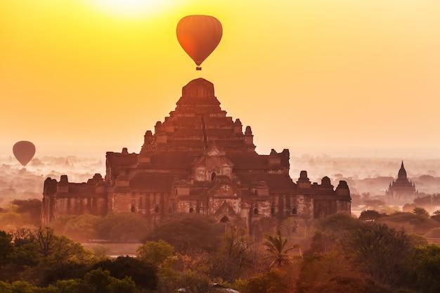 Восход солнца над храмами дхаммайаньи, баган, мьянма.