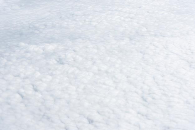 白い雲が上から見える。純粋な自然気象の背景。自由と旅行のコンセプト。
