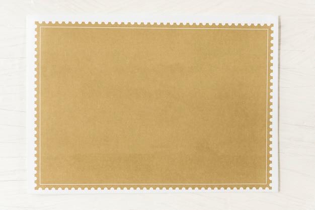 白いテーブルの背景に空の茶色の紙。