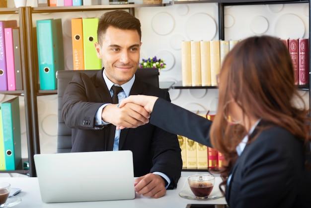 ビジネスマンは近代的なオフィスで完成した取引をした。成功ビジネスコンセプトです。