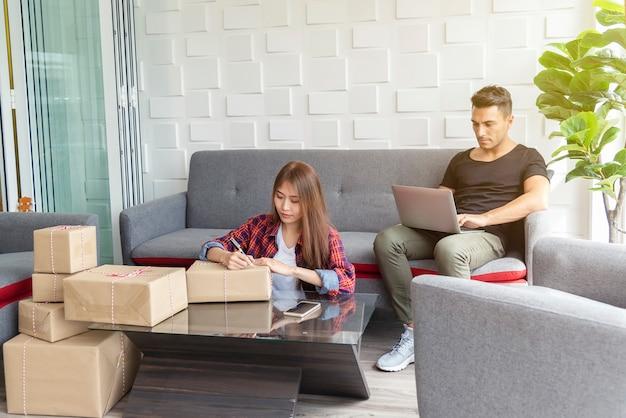 スモールビジネスのコンセプト。オンラインネットワーキングと一緒に家で働くカップル。