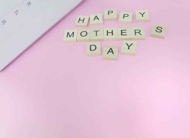 幸せな母親の日の言葉は、カレンダーの部分でピンクの背景に