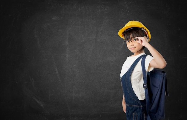 Азиатская девушка тайский студент хочет быть инженером, инженер ребенок изолирован на темной доске