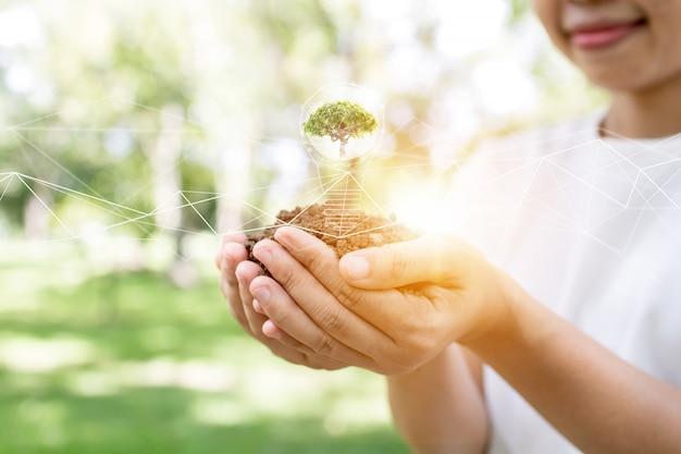 植樹、苗木を保持している女性、環境接続のための良好なエネルギーパワーで世界を救う