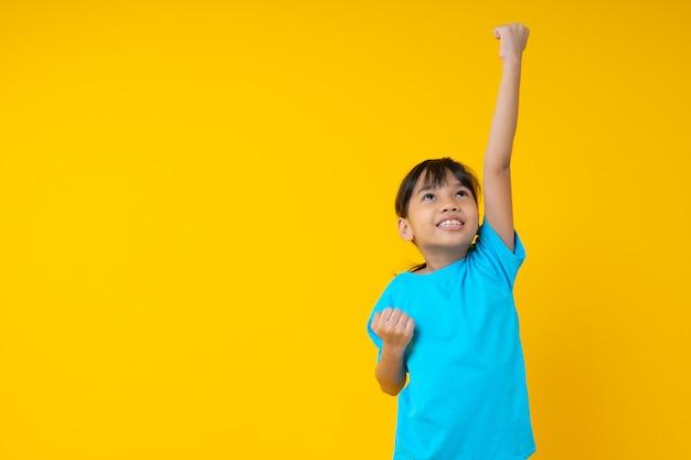 陽気な笑顔の小さなタイの女の子が飛ぶまで手を見せてください。