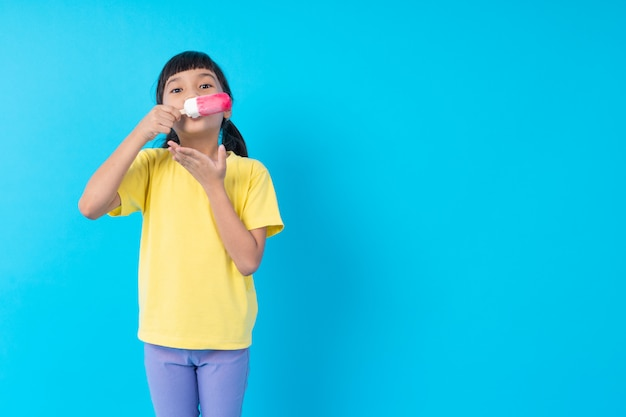アイスクリームスティックを食べる若い女の子