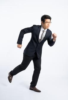 分離、決定、フルパワーの概念を実行しているフォーマルなスーツの機密ビジネスマン