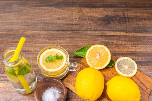 Свежий лимонад пьет с травами в стакане