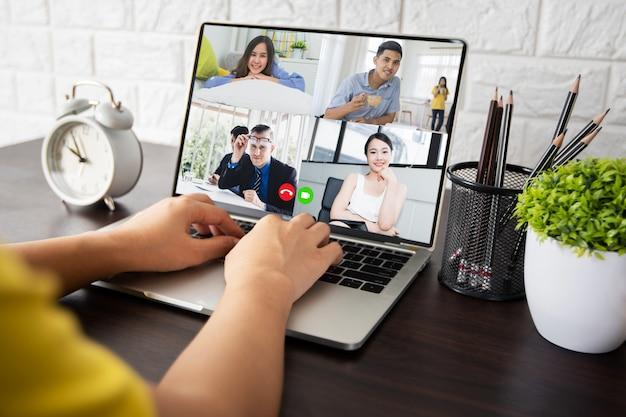 Женщина разговаривает с коллегами о плане в видео конференции в доме