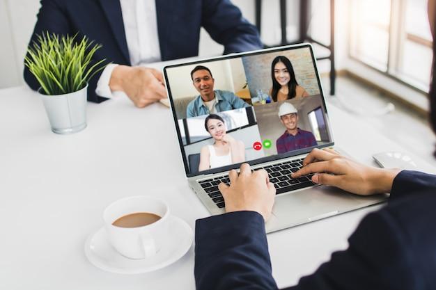 Бизнесмен разговаривает с коллегами о плане в видео-конференции