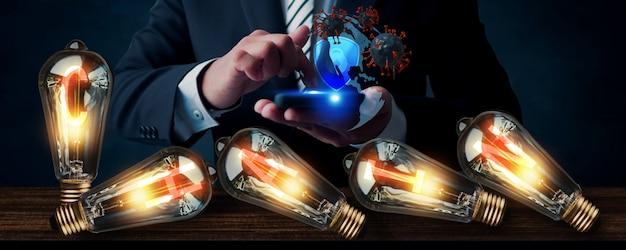 落ちてくる電球とスーツのビジネスマン