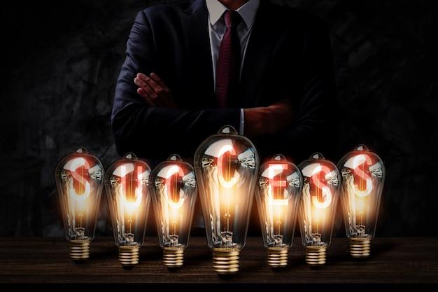 ビジネスマンとの多くの電球