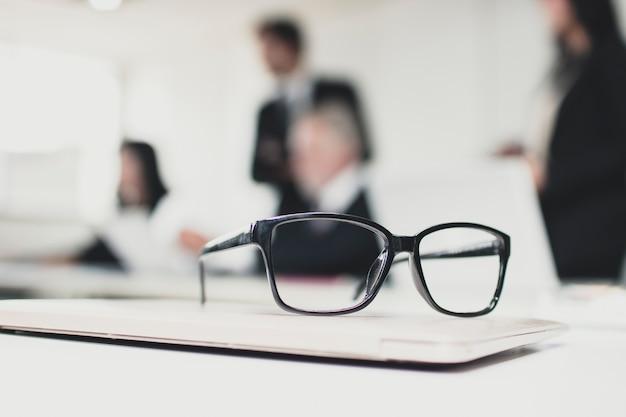 会議室のテーブルに眼鏡
