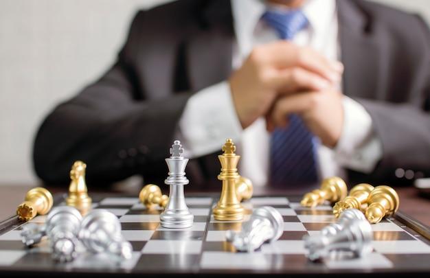 チェスを動かすことを計画しているビジネスマン