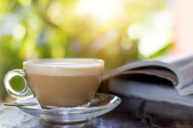 朝の本付きのテーブルのホットコーヒー