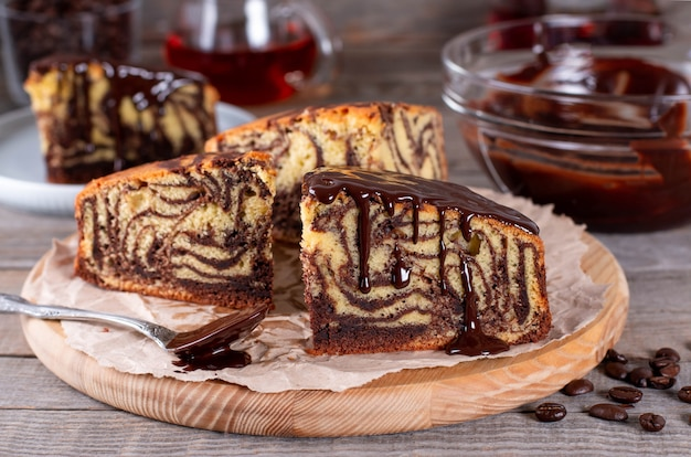 Домашний торт зебра с шоколадом на деревенском деревянном столе