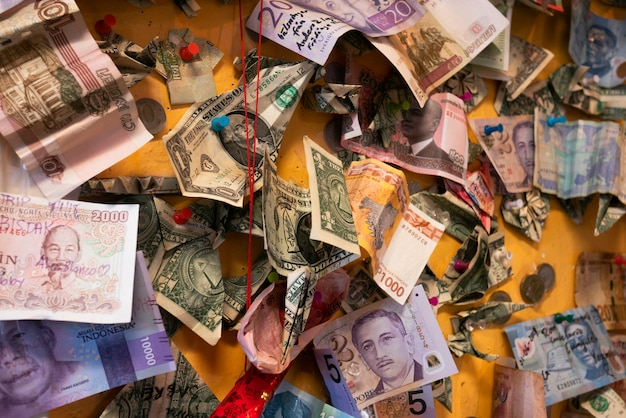 Международные банкноты из стран на желтой доске.