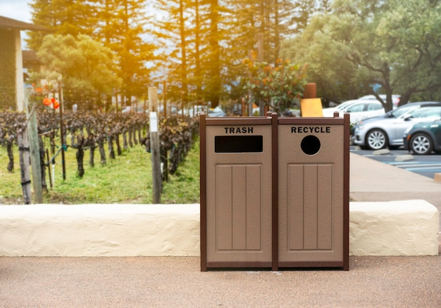 ゴミを捨てる、公園のゴミ箱。
