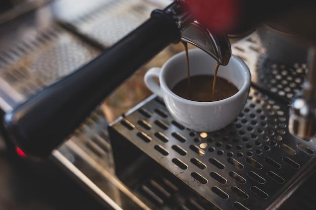 喫茶店のコーヒーメーカーからのエスプレッソ抽出