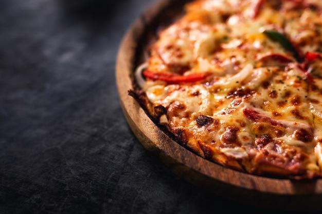 自家製ピザのクローズアップ。