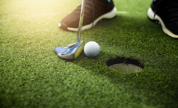 ゴルファー、グリーンゴルフのゴルフホールへのゴルフボールアプローチ