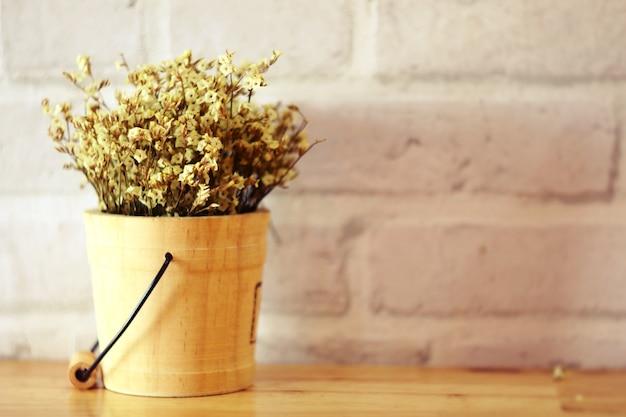 重要な日に木の植木鉢に花を咲かせ