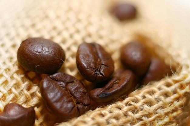袋に黒い焙煎コーヒー豆の高解像度マクロ画像