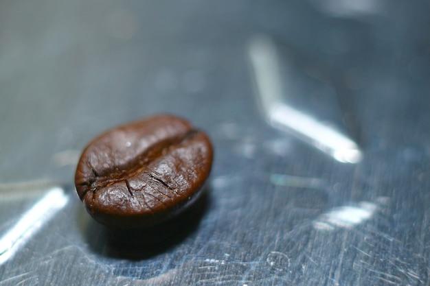 黒背景に黒い焙煎コーヒー豆の高解像度マクロ画像