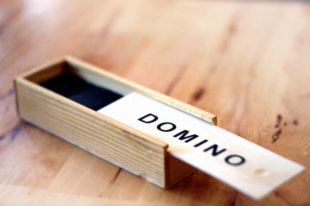 高解像度と木製のボックスセットとプラスチックドミノゲームのコンセプト画像