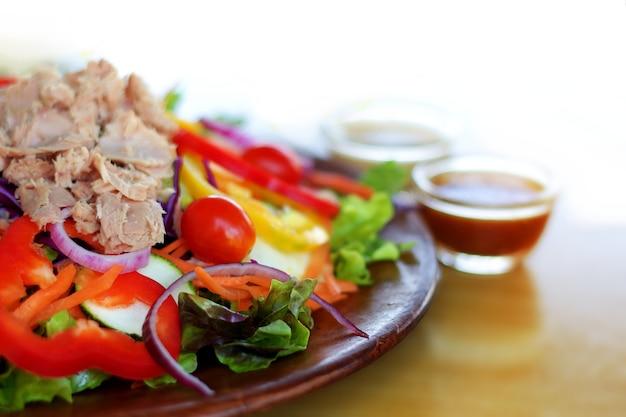 カラフルなマグロの混合サラダは、木製のプレートに提供