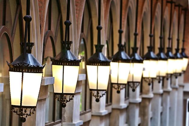 電球を持つ電気的な灯籠は、ぶら下がっているヴィンテージスタイル教会