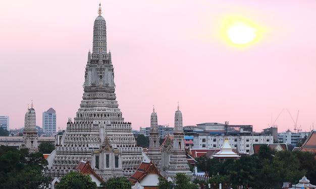 街並みのイメージ、バンコク市内の中心に多くのスタイルの家がある有名な寺院