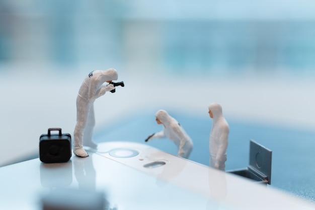 警察と探偵は、スマートフォン、サイバー犯罪概念に取り組んでいます。