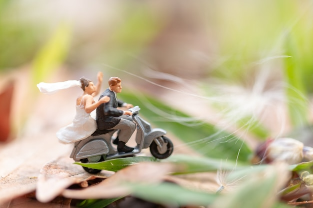 カップルが庭でオートバイに乗って