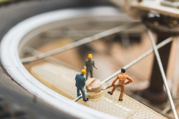 ミニチュアの人々:自転車修理のメカニック