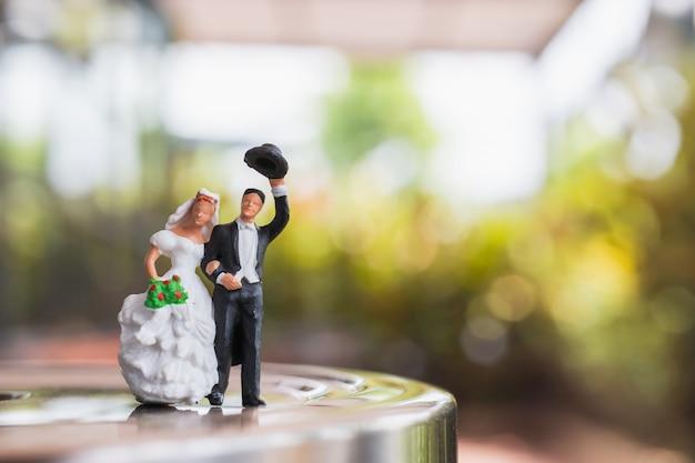 Жених и невеста стоят на сцене