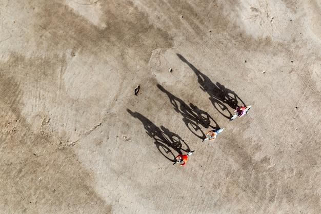 ミニチュアの人々:自転車に乗る旅行者