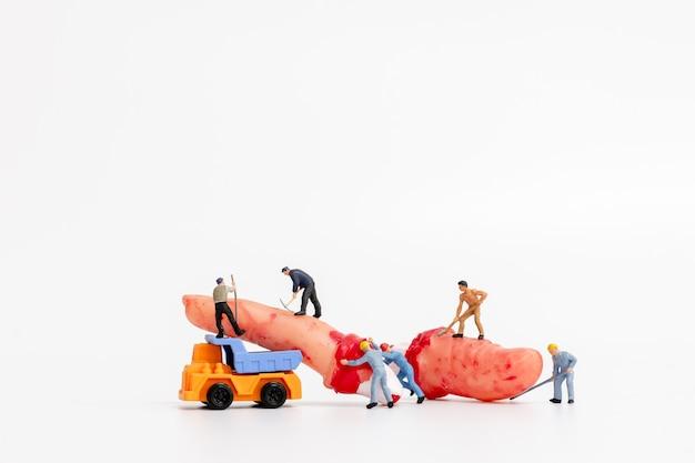 労働者チームのミニチュアがハロウィーンパーティーの小道具の装飾を作成