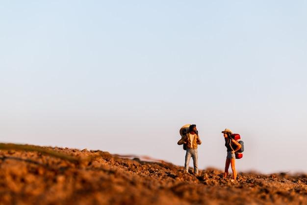 バックパック登山を持つ旅行者。屋外を歩くバックパックとハイキング男