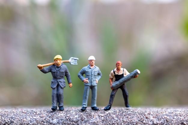 ミニチュアの人々、労働者保持ツール、テキスト、労働者の日の概念のためのコピースペース