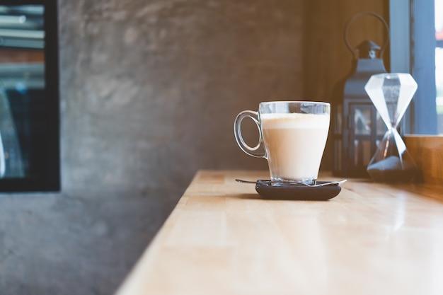 カフェのテーブルでホットコーヒーのカップ