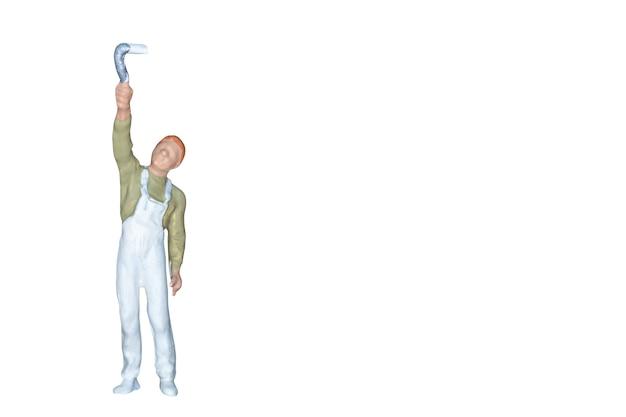 ミニチュアの人々:白い背景に隔離されたブラシを持つ画家