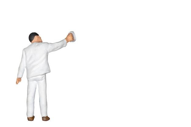 ミニチュアの人々:白とクリッピングパスで隔離されたブラシを持っている画家