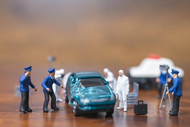 警察と探偵の車の前に立つ、犯罪現場捜査の概念