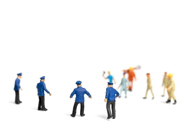 警察と白い背景の上の怒っている暴徒